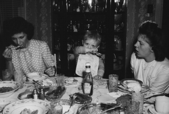 Condiment「Family Eating At Dining Table」:写真・画像(13)[壁紙.com]