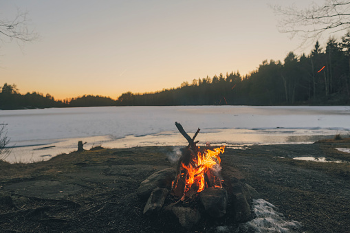 Survival「Sweden, Sodermanland, campfire at lakeside in winter」:スマホ壁紙(3)