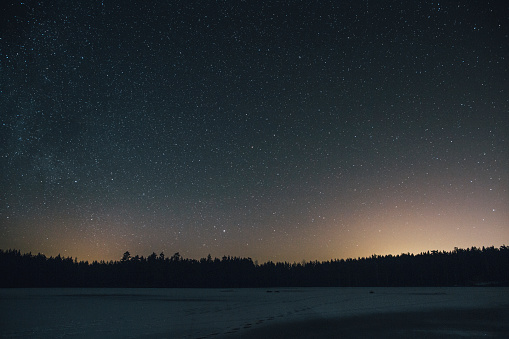 Starry sky「Sweden, Sodermanland, frozen lake Navsjon in winter under starry sky at night」:スマホ壁紙(7)
