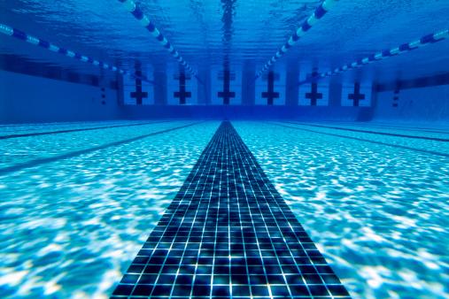 水中写真「Underwater view of tiled lanes in a swimming pool」:スマホ壁紙(18)