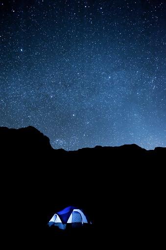 星空「砂漠の夜には、キャンプテントとシルエットの崖」:スマホ壁紙(13)