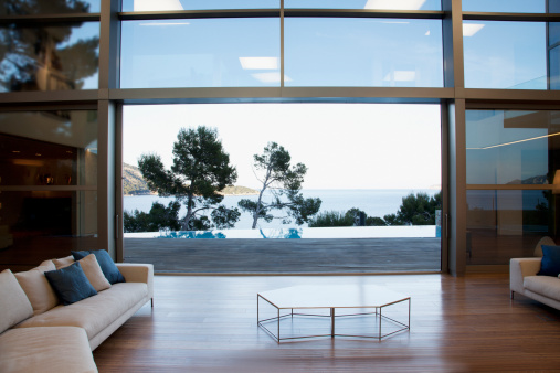 Villa「Sofas and sliding doors in modern living room」:スマホ壁紙(0)