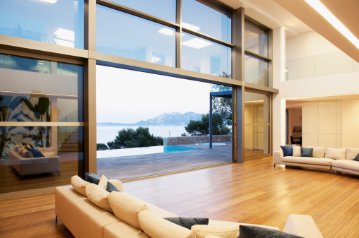 Villa「Sofas and sliding doors in open modern house」:スマホ壁紙(0)