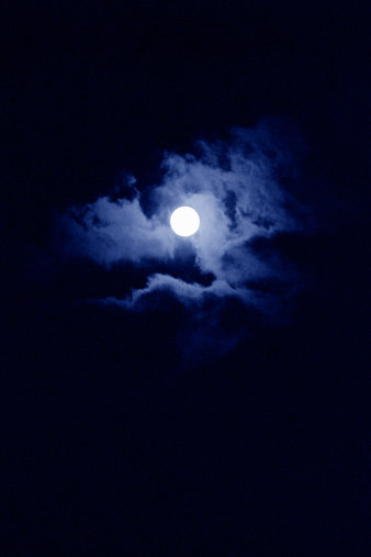 月「Moon and clouds in night sky」:スマホ壁紙(18)