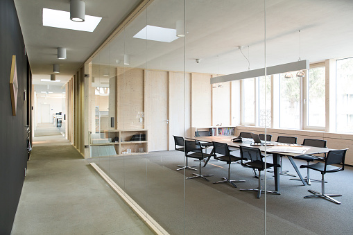21st Century「Corridor and modern conference room separated by glass pane」:スマホ壁紙(11)