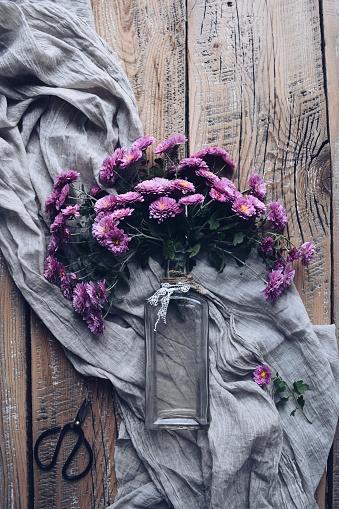 スカーフ「Purple chrysanthemum flowers in a vase」:スマホ壁紙(19)