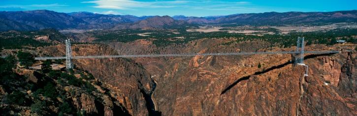 アーカンソー川「This is the Royal Gorge Bridge which is the world's highest suspension bridge. It is 1053 Ft. above the Arkansas River. Mountains are in the background with red rock below the bridge.」:スマホ壁紙(11)