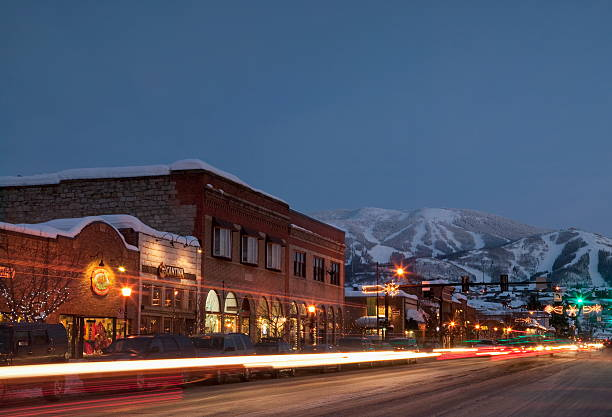 USA, Colorado, Steamboat Springs, Town at night with mountains in background:スマホ壁紙(壁紙.com)