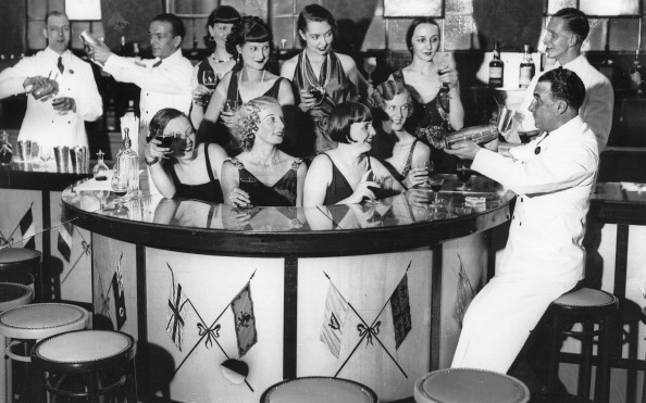 Cocktail「Barmaids From 15 Nations In The New Bar In Murray'S Club / London. 20Th September 1932. Photograph.」:写真・画像(6)[壁紙.com]