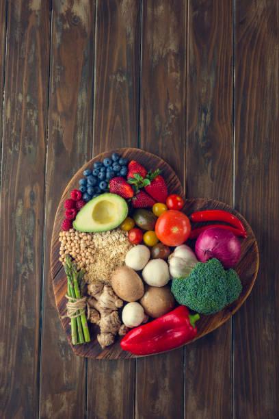 Healthy food on a heart shape cutting board:スマホ壁紙(壁紙.com)