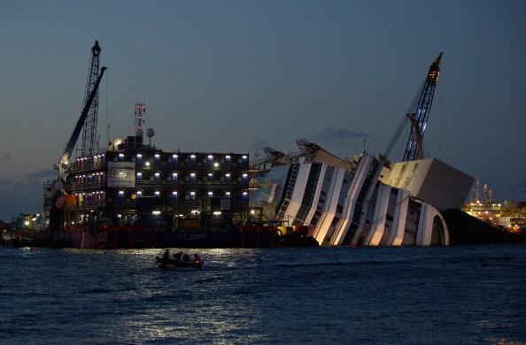 Passenger Craft「Preparations Are Made To Raise The Sunken Cruise Ship The Costa Concordia」:写真・画像(3)[壁紙.com]