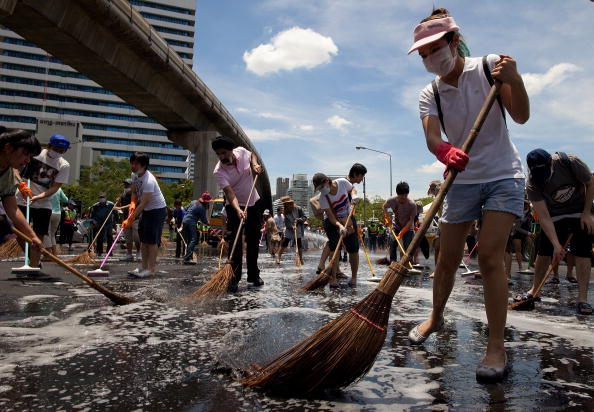 Sweeping「THA: Bangkok Curfews Extended As Clean Up Continues」:写真・画像(17)[壁紙.com]