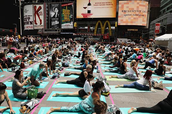 リラクゼーション「Summer Solstice Celebrated In New York With Annual Group Yoga Event In Times Square」:写真・画像(6)[壁紙.com]