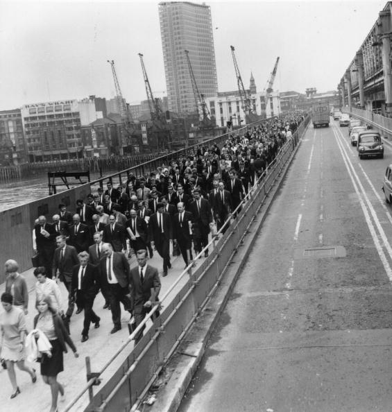 Conformity「Walking Commuters」:写真・画像(7)[壁紙.com]