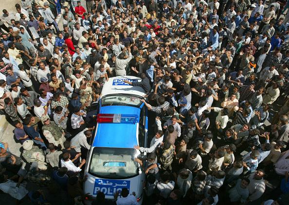 Surrounding「Violent Iraqi Protest In Baghdad」:写真・画像(1)[壁紙.com]