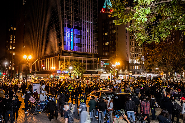 Oakland - California「Protesters In Oakland Gather In Solidarity With Portland Activists」:写真・画像(8)[壁紙.com]