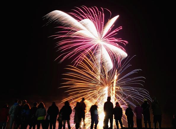 花火大会「The Skinningrove Bonfire And Fireworks Night Features The Fishing Industry」:写真・画像(1)[壁紙.com]