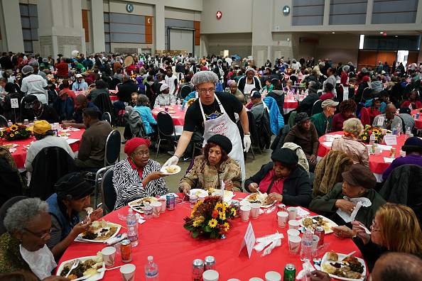Volunteer「The Salvation Army Hosts Its Annual Feast Of Sharing Day Before Thanksgiving」:写真・画像(1)[壁紙.com]