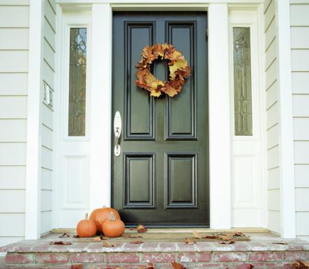 ハロウィン「Pumpkins on front step of house」:スマホ壁紙(17)
