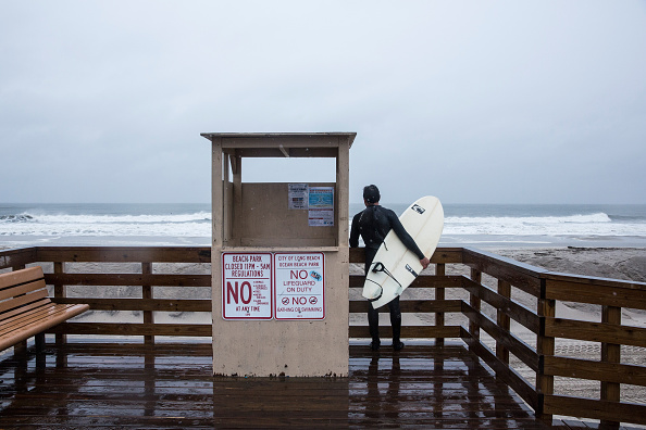 Andrew Burton「Long Island Prepares For Possible Effects From Hurricane Joaquin」:写真・画像(16)[壁紙.com]