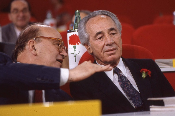 カーネーション「Politician Bettino Craxi with Israeli politician Shimon Peres at the socialist party conference, Italy 1989」:写真・画像(14)[壁紙.com]