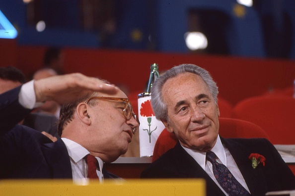 カーネーション「Politician Bettino Craxi with Israeli politician Shimon Peres at the socialist party conference, Italy 1989」:写真・画像(15)[壁紙.com]