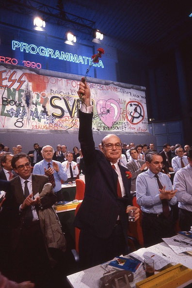 カーネーション「Politician Bettino Craxi hold a carnation flower (symbol of Italian socialist party) at the socialist conference 'Programmatica', Rimini 1990」:写真・画像(11)[壁紙.com]