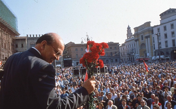 スクエア「Politician Bettino Craxi holding carnation flowers at the the socialist party conference for the election campaign, Parma 1987」:写真・画像(18)[壁紙.com]