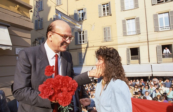 カーネーション「Politician Bettino Craxi holding carnation flowers and talking to a girl at the the socialist party conference for the election campaign, Parma 1987」:写真・画像(16)[壁紙.com]