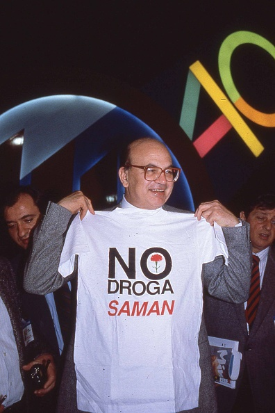 カーネーション「Politician Bettino Craxi wears the t-shirt with the slogan 'No Drug' made by association 'Saman', Milan 1989」:写真・画像(18)[壁紙.com]