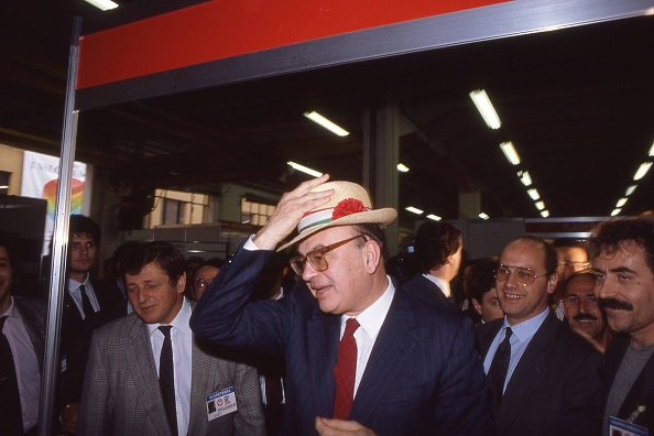 カーネーション「Politician Bettino Craxi wears a hat with the carnation flower on it, symbol of the socialist party, Milan 1987」:写真・画像(19)[壁紙.com]