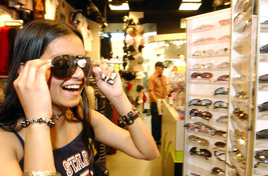Sunglasses「Hot Topics Retail Store in California」:写真・画像(16)[壁紙.com]
