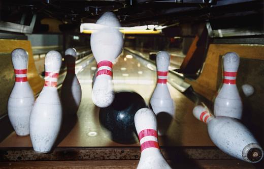 Playing「Bowling Ball Striking Pins」:スマホ壁紙(13)