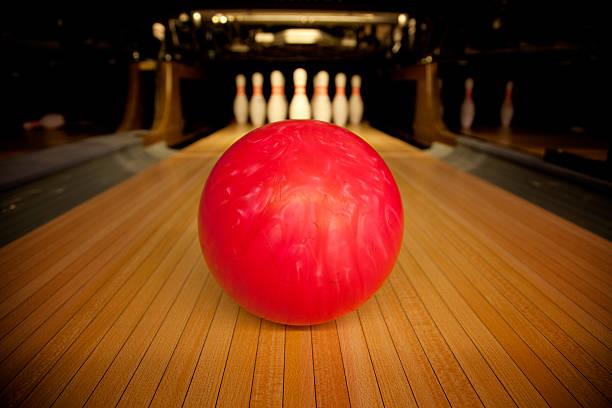 Bowling ball set in front of ten pins:スマホ壁紙(壁紙.com)