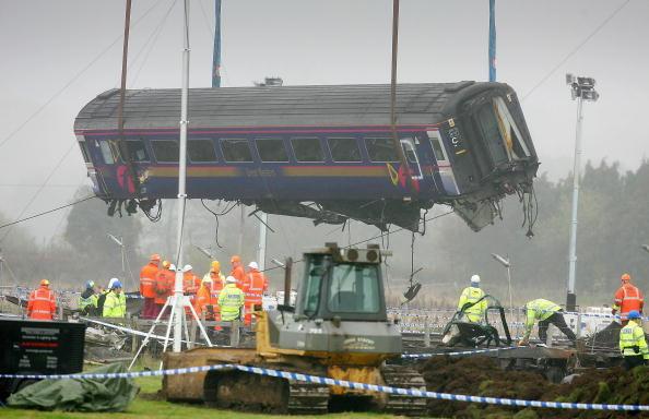 Construction Equipment「Wreckage Of The Berkshire Rail Crash Is Removed」:写真・画像(12)[壁紙.com]