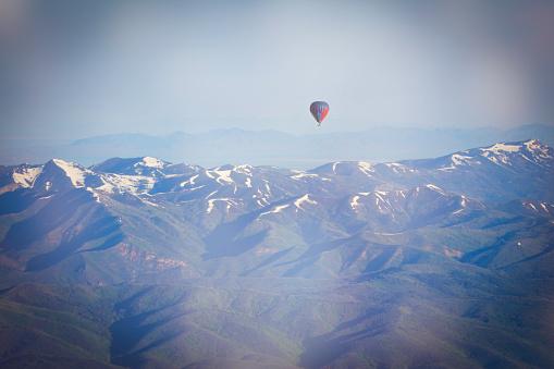 気球「熱気球で地上飛行」:スマホ壁紙(10)