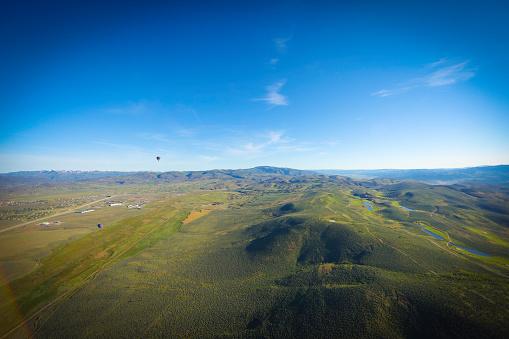 気球「熱気球で地上飛行」:スマホ壁紙(11)