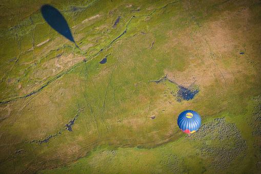 気球「熱気球で地上飛行」:スマホ壁紙(17)