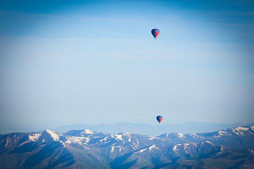 気球「熱気球で地上飛行」:スマホ壁紙(18)