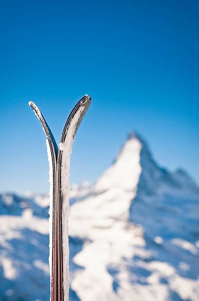 Skis and the Matterhorn:スマホ壁紙(壁紙.com)