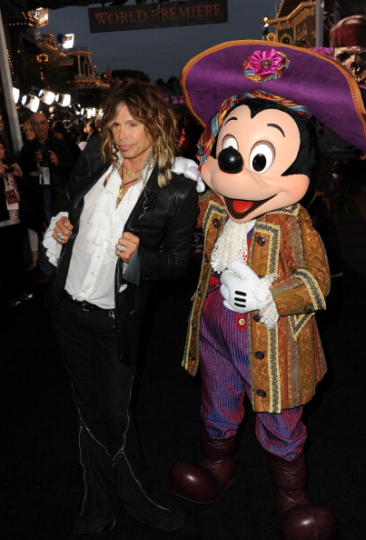 ミッキーマウス「Premiere Of Walt Disney Pictures' 'Pirates Of The Caribbean: On Stranger Tides' - Red Carpet」:写真・画像(18)[壁紙.com]
