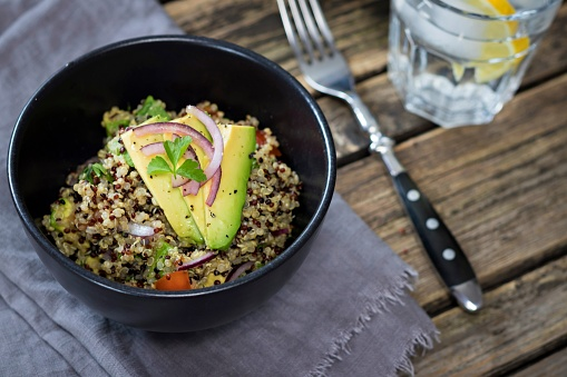 Spanish Onion「Bowl of Quinoa tricolore with avocado, red onion, tomatoes and flat leaf parsley」:スマホ壁紙(5)