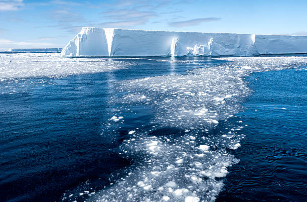 Tabular Iceberg and Brash Ice, Antarctica:スマホ壁紙(壁紙.com)