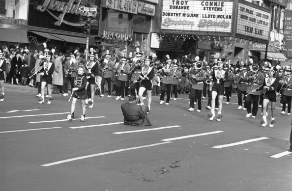 William Lovelace「Thanksgiving Parade」:写真・画像(16)[壁紙.com]