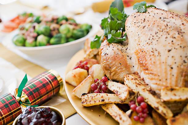 Turkey, cranberries and Christmas cracker on table:スマホ壁紙(壁紙.com)