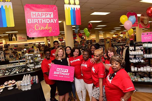 Lisa Lake「TJX Celebrates Loyal Shopper Who Visited 60 Stores For 60th Birthday」:写真・画像(5)[壁紙.com]