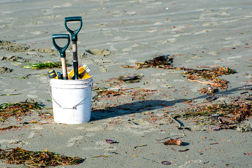 おもちゃのトラック「Bucket with spades and plastic toys on the beach」:スマホ壁紙(12)