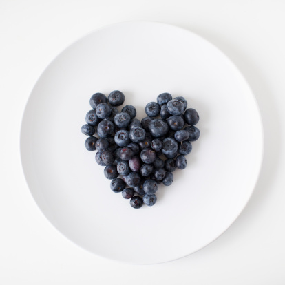ハート「Blueberry heart on plate, studio shot」:スマホ壁紙(10)
