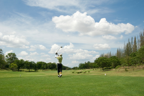 Taking a Shot - Sport「Golf player in action in tropical golf course in Thailand」:スマホ壁紙(13)