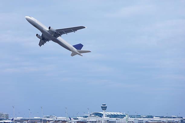 Europe, Germany, Bavaria, Commercial passenger air plane taking off at Munich airport:スマホ壁紙(壁紙.com)
